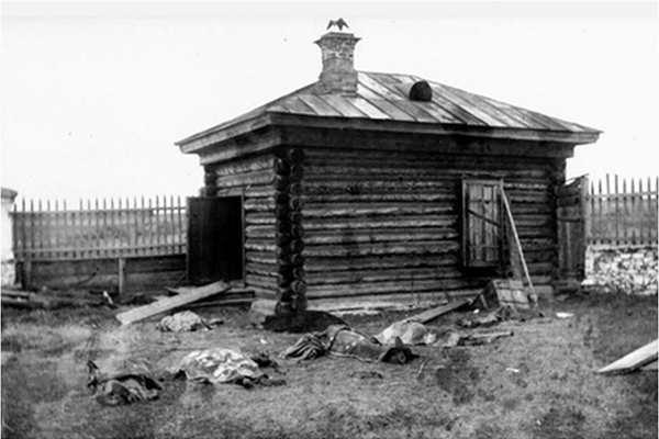 Тела мучеников, поднятые из шахты, на кладбище возле Екатерининской церкви. Алапаевск, октябрь 1918 года