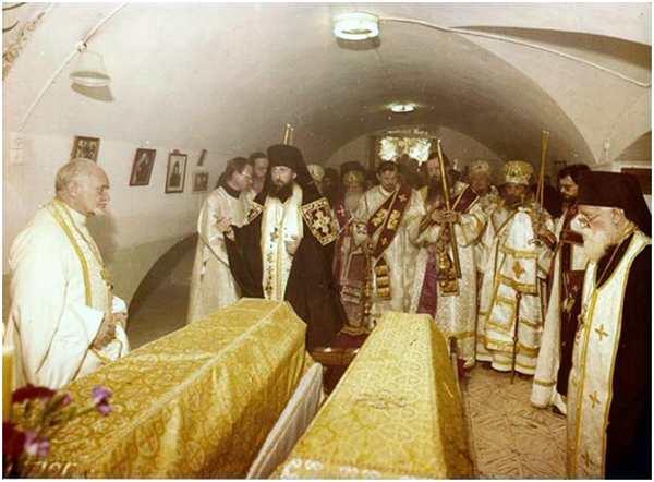 Вынос гробов с останками В.К. Елисаветы Федоровны и инокини Варвары из усыпальницы храма св. Марии Магдалины. Иерусалим, 1 мая 1982