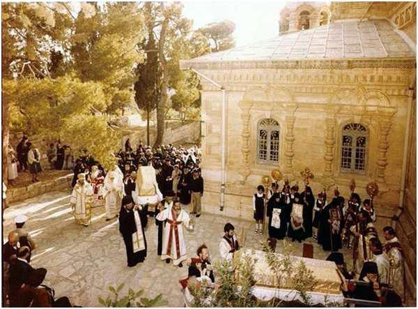 Перенесение мощей новомучениц В.К. Елисаветы и инокини Варвары из крипты в храм св. Марии Магдалины. Иерусалим, 1 мая 1982