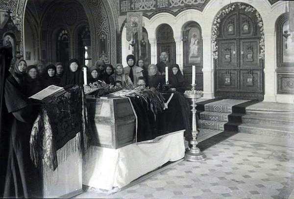 Траурная церемония отпевания останков великой княгини Елизаветы Федоровны и ее келейницы Варвары в храме Марии Магдалины в Иерусалиме. 30 января 1921 г.