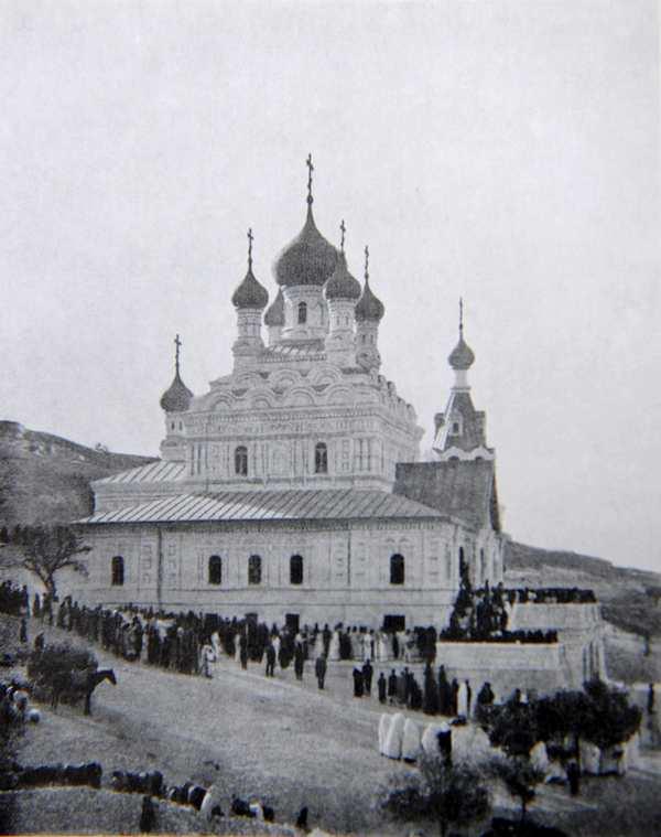 Крестный ход во время освящения храма св. Марии Магдалины.