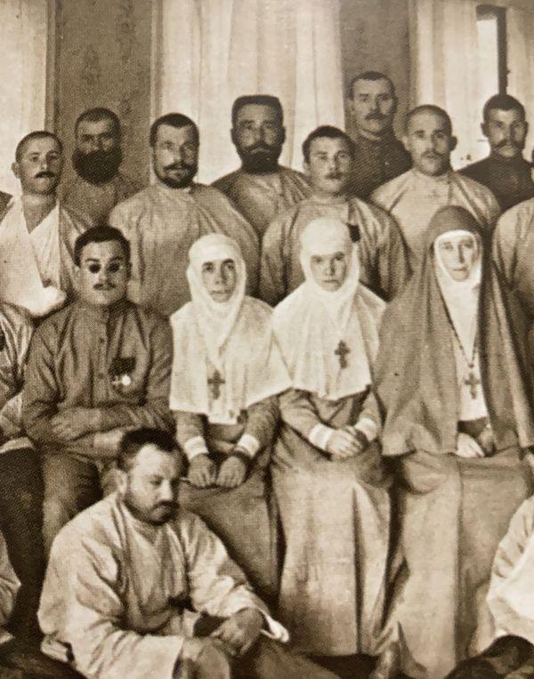 Великая княгиня Елисавета Феодоровна и её келейница Варвара Яковлева (первая слева).