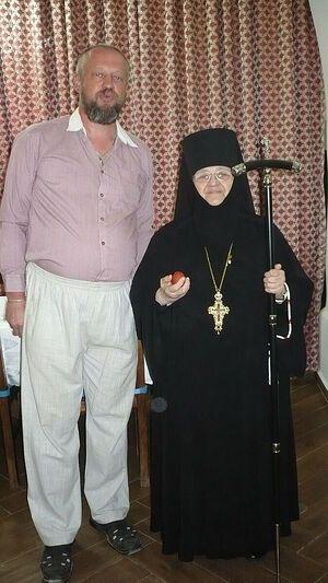 Игумения Моисея с автором – Владимиром Николаевым. Пасхальная трапеза 2016 года