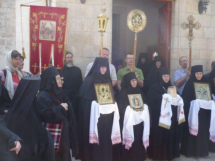 Пасха 2010 года, Светлая седмица. Крестный ход вокруг Спасо-Вознесенского собора. Вторая справа – игумения Моисея; первая справа – мать Варвара, ныне – игумения Варвара